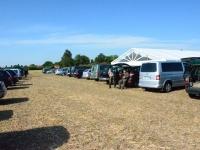 Parking na tyłach namiotu gdzie odbywają się wszystkie spotkania
