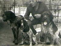 Konkursy wyżłów początek lat 70-tych. Na zdjęciu ja z Bimem oraz Azą płk. Stepaniaka z Bytomia.  Aza była przepiękną suką, która w tamtym czasie była dla mnie wzorem eksterieru wyżła szorstkowłosego.