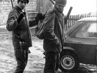 Dunia w plecaku niesionym przez Krzyśka (z tyłu Zbyszek) - Polowanie na lisy - styczeń 1982