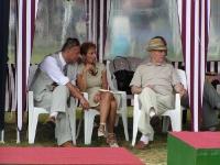 Senior Dembiniok ogląda zawody z wygodnego siedzenia ale widać jak bardzo jest skupiony nad biegiem zdarzeń.