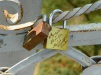 Most prowadzący do miasta jest skarbcem deklaracji o dozgonnej miłości