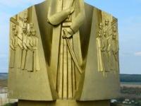 To już twierdza w Chocimiu z potężnym pomnikiem atamana Sahajdacznego, bohatera walk z Turkami
