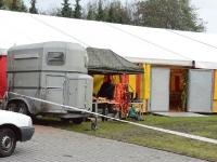 Duży namiot z przyległościami