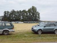 Parking stopniowo zapełnia się samochodami