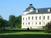 Zamek w Kravare od strony parku i pola golfowego