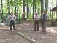 Jamnik kolegi Kretka z Czech w norze, sędziowie w skupieniu nasłuchują jak przebiega praca.
