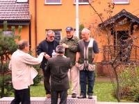 Tutaj nagrody odbiera zwycięska drużyna reprezentująca KŁ Żubr w Pszczynie,   wręczają Przewodniczący Komisji Strzeleckiej ORŁ w Katowicach Roman Bernacki oraz Zbigniew Ciemniewski.