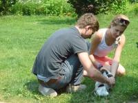 Hania i Tomek ze szczeniakami
