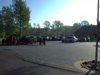 ... a parking powoli zapełnia się samochodami