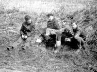 Z prawej młody Michał Świerkot, potem ja (również jeszcze młody) z Rodzicami  na próbach polowych w kwietniu 1982 r. Pomiędzy nami jagdterierka Tora i jamniik szorstkowłosy Dunia.