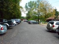 Na parkingu strzelnicy rząd ciekawych samochodów