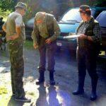 Oglądamy wojskowe buty kolegi. Ja po lewej po prawej Bolek łowczy koła
