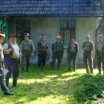 Odprawa przed polowaniem, od lewej starszyzna koła łowczy i prezes