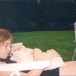 Hania ze szczeniakiem Mufy - wieczorna drzemka