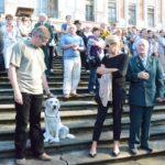 Widzowie na schodach pałacu