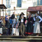 ... a na schodach pałacowego tarasu koncertuje młodzieżowy zespół śpiewający piosenki łowieckie